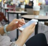 Κάνοντας σερφ Διαδίκτυο με το κινητό τηλέφωνο Στοκ Φωτογραφία
