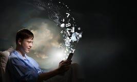 Κάνοντας σερφ Διαδίκτυο πριν από τον ύπνο Στοκ φωτογραφία με δικαίωμα ελεύθερης χρήσης
