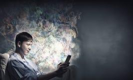 Κάνοντας σερφ Διαδίκτυο πριν από τον ύπνο Στοκ εικόνες με δικαίωμα ελεύθερης χρήσης