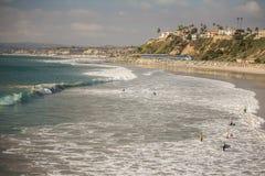 Κάνοντας σερφ στην παραλία του Σαν Κλεμέντε, Καλιφόρνια στοκ εικόνες