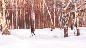 Κάνοντας σκι νεαρός άνδρας απόθεμα βίντεο