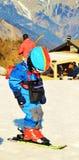 Κάνοντας σκι στις ελβετικές Άλπεις, περιπέτεια για τα παιδιά Στοκ Φωτογραφία