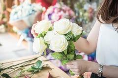 κάνοντας τη μόδα τη σύγχρονη ανθοδέσμη του λουλουδιού Στοκ φωτογραφίες με δικαίωμα ελεύθερης χρήσης