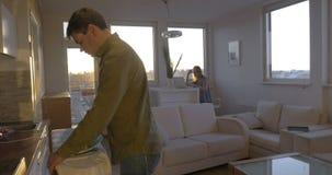Κάνοντας τις μικροδουλειές εργασίας και οικογένειας στο σπίτι απόθεμα βίντεο