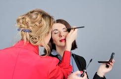 Κάνοντας τον επαγγελματία αποτελέστε της νέας γυναίκας Στοκ Εικόνες