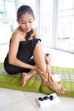 κάνοντας το θηλυκό μασάζ ποδιών μόνο Στοκ Εικόνες