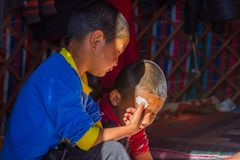 Κάνοντας kurut, σφαίρες τυριών στο yurt Στοκ Φωτογραφίες