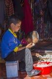 Κάνοντας kurut, σφαίρες τυριών στο yurt Στοκ Εικόνες