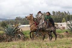 Κάουμποϋ που οδηγούν στο άλογο πίσω στον τομέα Στοκ Εικόνα