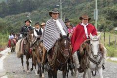 Κάουμποϋ στην παραδοσιακή οδήγηση ένδυσης στις Άνδεις του Ισημερινού Στοκ φωτογραφία με δικαίωμα ελεύθερης χρήσης
