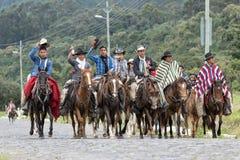 Κάουμποϋ στις του Εκουαδόρ Άνδεις που οδηγούν σε μια εθνική οδό Στοκ Φωτογραφία