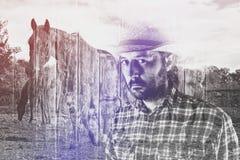 Κάουμποϋ Farmer που φορά το καπέλο αχύρου στο αγρόκτημα αλόγων Στοκ Φωτογραφίες