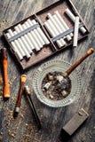 Κάπνισε έναν ξύλινο σωλήνα με τα τσιγάρα Στοκ φωτογραφία με δικαίωμα ελεύθερης χρήσης