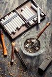 Κάπνισε έναν ξύλινο σωλήνα με τα τσιγάρα Στοκ Φωτογραφία