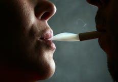 κάπνισμα ανθρώπων Στοκ Φωτογραφίες