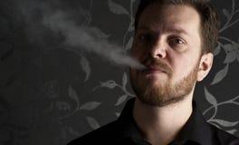 κάπνισμα ατόμων Στοκ Φωτογραφίες