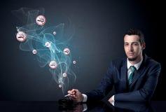 Κάπνισμα επιχειρηματιών Στοκ Φωτογραφίες