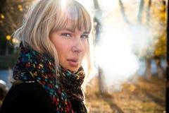κάπνισμα κοριτσιών Στοκ Φωτογραφία