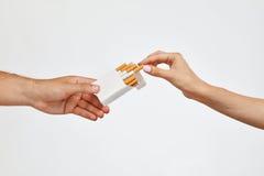 Κάπνισμα Πακέτο τσιγάρων εκμετάλλευσης χεριών κινηματογραφήσεων σε πρώτο πλάνο, που παίρνει το τσιγάρο Στοκ φωτογραφία με δικαίωμα ελεύθερης χρήσης