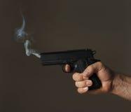 κάπνισμα πυροβόλων όπλων Στοκ Φωτογραφίες