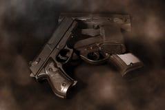 κάπνισμα πυροβόλων όπλων Στοκ φωτογραφία με δικαίωμα ελεύθερης χρήσης