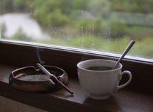 Κάπνισμα φλιτζανιών του καφέ και τσιγάρων στοκ φωτογραφία με δικαίωμα ελεύθερης χρήσης