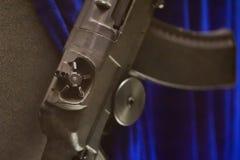 Κάποια λεπτομέρεια στο στρατιωτικό ιστορικό όπλο στο μπλε υπόβαθρο στοκ φωτογραφίες