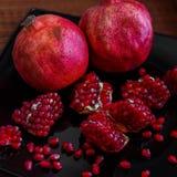 Κάποια ώριμα juicy κόκκινα φρούτα ροδιών στο πιάτο Punica gran Στοκ εικόνες με δικαίωμα ελεύθερης χρήσης