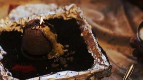 Κάποιος βρίσκεται μέλι πέρα από τη furing προ-γαμήλια ινδή τελετή cocounut φιλμ μικρού μήκους