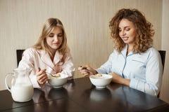 Κάποιος δεν έχει ελέγξει την ημερομηνία λήξης Το πορτρέτο και αποστράφηκε τα ευρωπαϊκά κορίτσια που κάθονται στην κουζίνα, κράτημ στοκ εικόνα με δικαίωμα ελεύθερης χρήσης