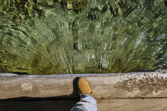 Κάποιος παρατηρεί τη μετάβαση του νερού κάτω από μια γέφυρα στοκ φωτογραφία με δικαίωμα ελεύθερης χρήσης