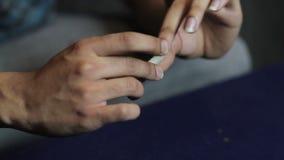 Κάποιος που κυλά μια ένωση μαριχουάνα απόθεμα βίντεο