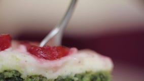 Κάποιος που τρώει το εύγευστο γλυκό επιδόρπιο στο marco απόθεμα βίντεο