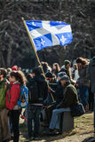 Κάποιος σημαία επαρχιών του Κεμπέκ εκμετάλλευσης στο πλήθος Στοκ εικόνα με δικαίωμα ελεύθερης χρήσης