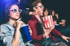 Κάποιος φθάνει στο καλάθι με popcorn που ο τύπος έχει και προσπαθώντας να πάρει κάποιο popcorn από το Ο τύπος doesn ` τ το βλέπει Στοκ εικόνα με δικαίωμα ελεύθερης χρήσης