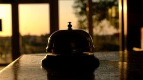 Κάποιος χτυπά το κουδούνι, ενάντια στα παράθυρα, μέσω των οποίων ελάτε ακόμα φω'τα του ήλιου ρύθμισης φιλμ μικρού μήκους