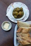 Κάποιο antipasta σε ένα ιταλικό εστιατόριο στην Ευρώπη με την ελιά και το ψωμί Στοκ Εικόνες