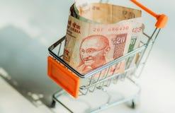 Κάρρο ή καροτσάκι αγορών για τους αγοραστές και μερικά ινδικά τραπεζογραμμάτια Mahatma Γκάντι στο επίσημο νόμισμα της Δημοκρατίας Στοκ εικόνα με δικαίωμα ελεύθερης χρήσης