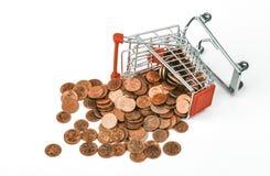 Κάρρο αγορών και διεσπαρμένα νομίσματα Στοκ εικόνες με δικαίωμα ελεύθερης χρήσης