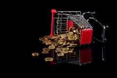 Κάρρο αγορών και διεσπαρμένα νομίσματα Στοκ Φωτογραφία