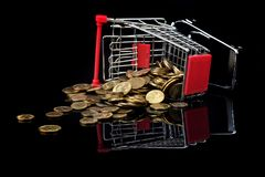 Κάρρο αγορών και διεσπαρμένα νομίσματα Στοκ Εικόνες