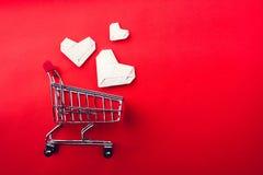 Κάρρο αγορών και καρδιά εγγράφου Στοκ φωτογραφίες με δικαίωμα ελεύθερης χρήσης