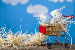Κάρρο αγορών με τα αυγά Πάσχας Στοκ εικόνα με δικαίωμα ελεύθερης χρήσης