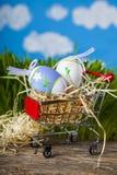Κάρρο αγορών με τα αυγά Πάσχας Στοκ Εικόνες