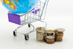 Κάρρο αγορών με τα νομίσματα για τη λιανική επιχείρηση Χρήση εικόνας για τις σε απευθείας σύνδεση και σε μη απευθείας σύνδεση αγο Στοκ φωτογραφίες με δικαίωμα ελεύθερης χρήσης