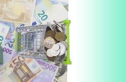 Κάρρο αγορών με τα νομίσματα και τα τραπεζογραμμάτια Στοκ Φωτογραφία