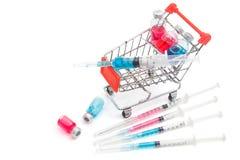 Κάρρο αγορών με τα φιαλίδια και τη σύριγγα ιατρικής Στοκ φωτογραφία με δικαίωμα ελεύθερης χρήσης