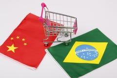 Κάρρο αγορών με τη σημαία της Βραζιλίας και της Κίνας Στοκ Εικόνα