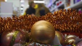 Κάρρο αγορών με τις διακοσμήσεις Χριστουγέννων Χριστούγεννα και έννοια αγορών καλής χρονιάς απόθεμα βίντεο