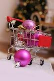 Κάρρο αγορών με τις σφαίρες Χριστουγέννων Στοκ Εικόνα